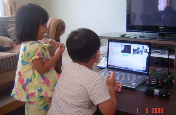 My kids chatting with their cousins in Manila