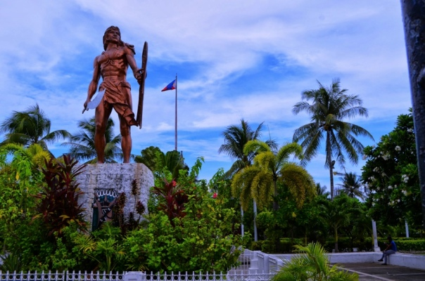 "Marker reads: ""Here on 27 April 1521, Lapu Lapu and his men repulsed the Spanish invaders, killing their leader, Ferdinand Magellan.  this Lapu Lapu became the first Filipino to have repelled European aggression"""